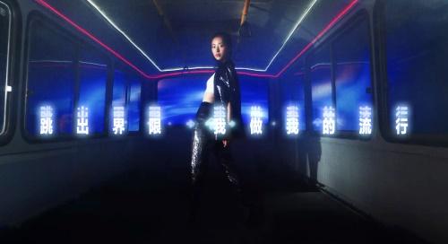 """""""虚拟服饰跳进现实?跨界LEVI'S?之后,QQ炫舞将开启首个国内虚拟偶像时装周走秀[视频][多图]图片1"""